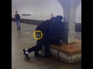На Автозаводе в метро скрутили парня, который отка...
