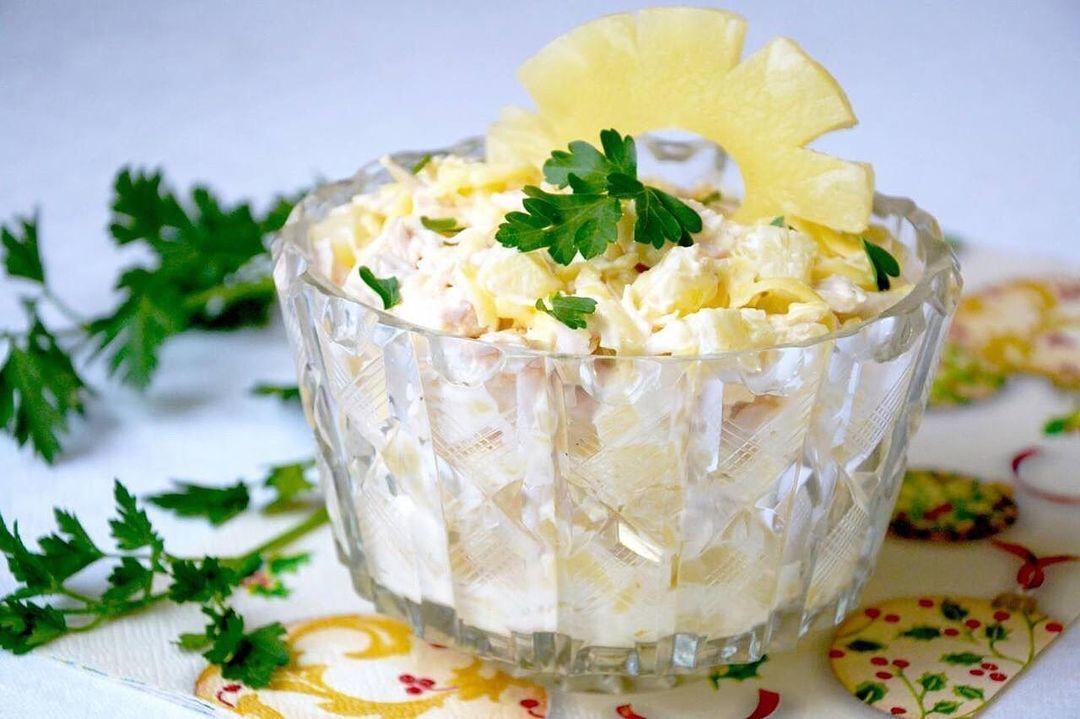 Вкусненький салатик из куриного филе с ананасом