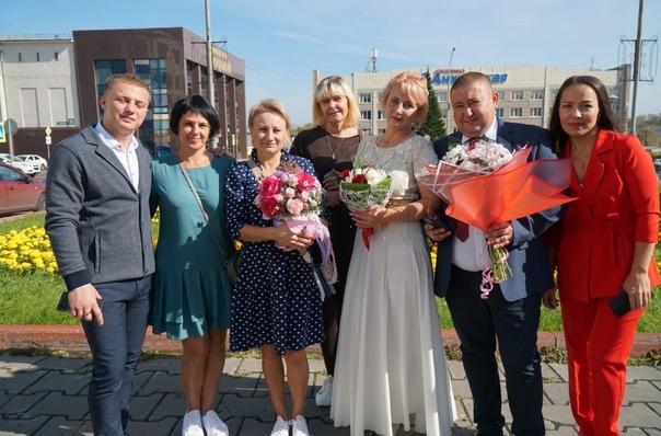 Эх, эта свадьба… новоиспеченные муж и жена в Анжер...